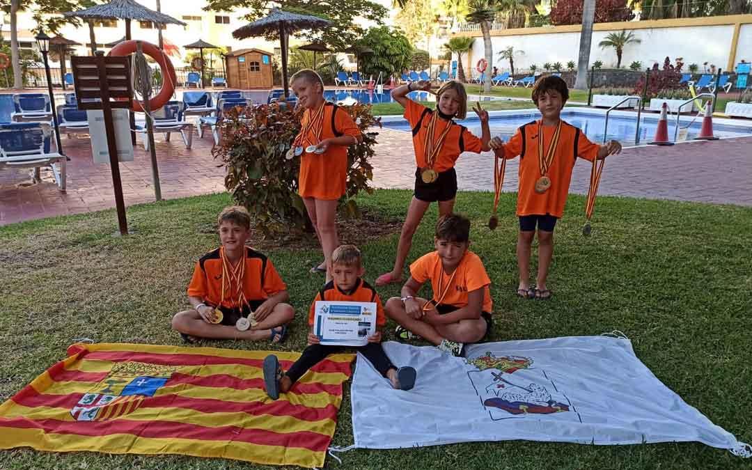Los nadadores andorranos con sus medallas tras concluir el nacional. Foto. S.A.