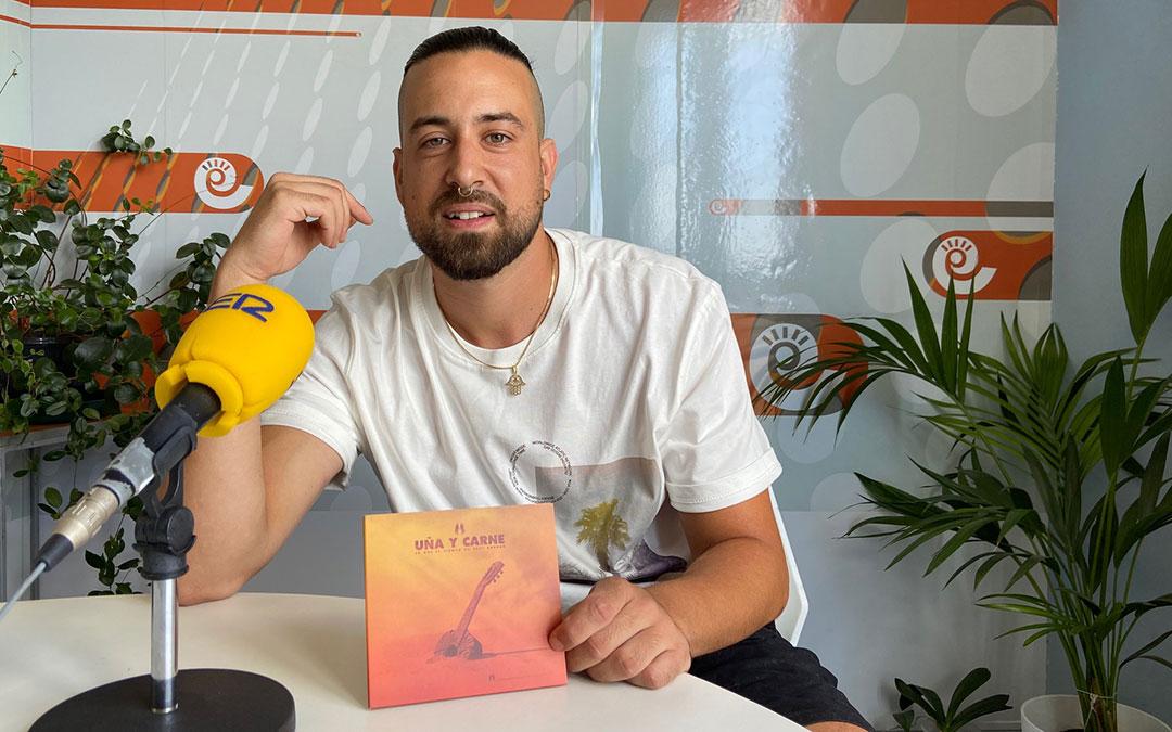 Antonio Clavería, de 'Uña y carne', en el estudio de Radio La Comarca./ A.M.