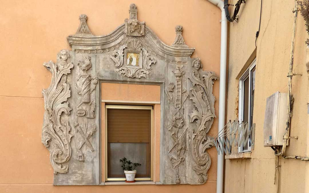 El Arco de los Dolores representa la Semana Santa a través de diferentes símbolos e imágenes./ Albalate Turístico
