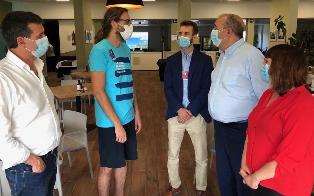 Rando y Traver, con el alcalde de Ariño, conocieron al Erasmus Rural del Balneario. / DPT