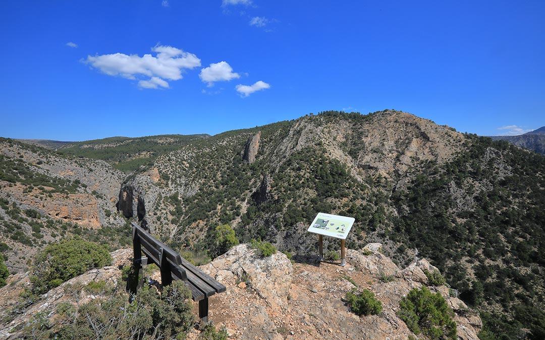 Banco y sus vistas en el Mirador de la Cueva Muñoz en Ejulve