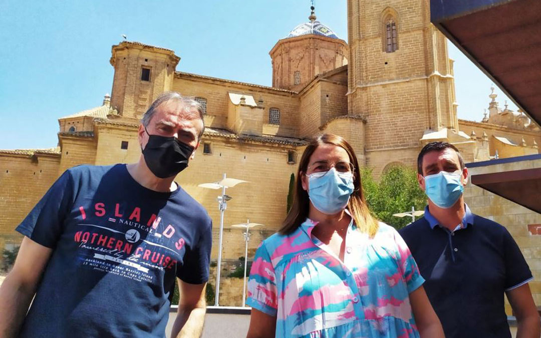 La presidenta de la Asociación Turismo Bajo Aragón, Montse Thomson, junto al consejero de Turismo de la Comarca del Bajo Aragón, Alberto Bayod, y el presidente comarcal, Luis Peralta. / Comarca Bajo Aragón