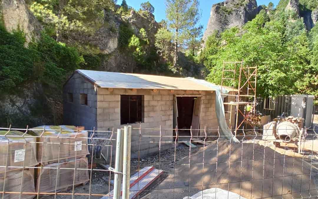 Estado actual de los aseos públicos que se están construyendo en el aparcamiento 3 de El Parrizal. Foto. Ayto. Beceite