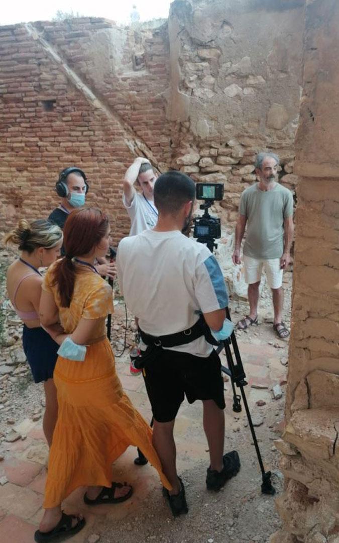 Momento del rodaje entre las ruinas del pueblo viejo de Belchite. / Supercolegas del Infierno