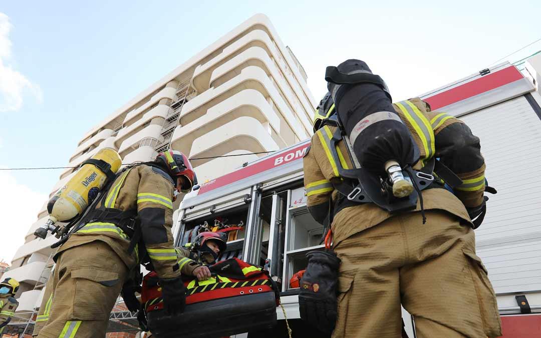 Bomberos realizando una práctica en un edificio de gran altura, que es donde es especialmente útil este vehículo./DPT