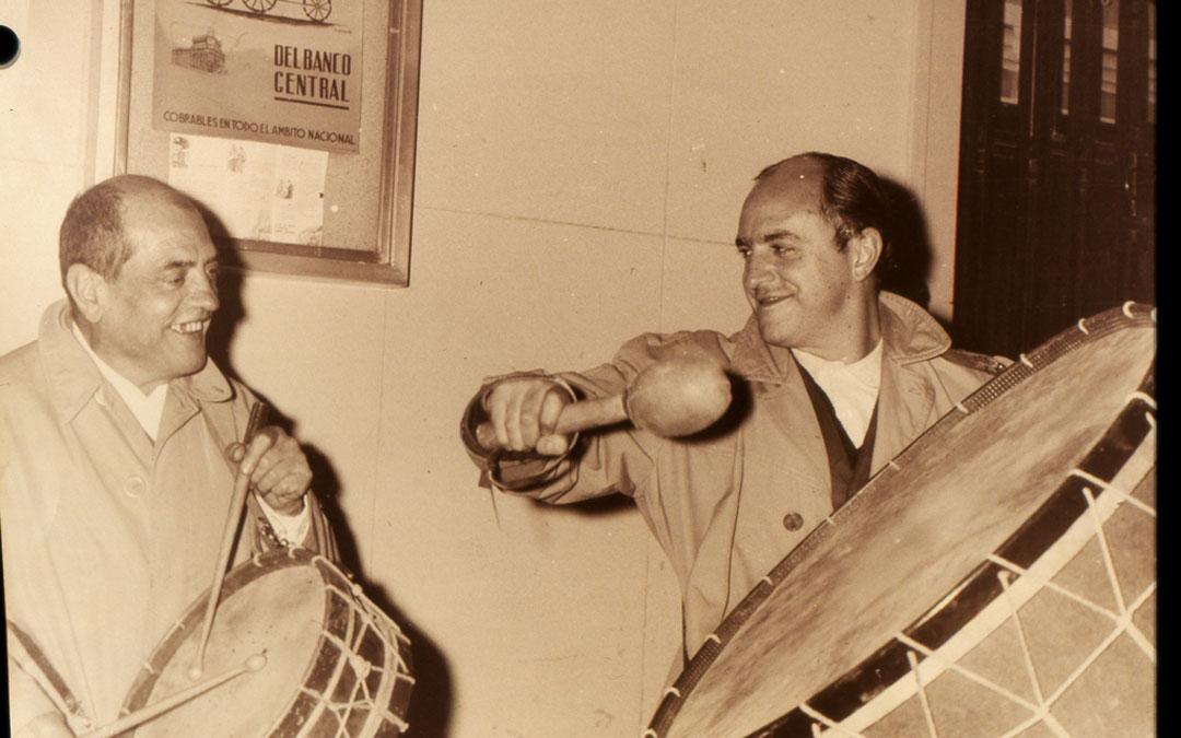 Luis Buñuel, en una de sus visitas a Calanda donde se colgaba su tambor para participar en la Semana Santa. / Centro Buñuel Calanda