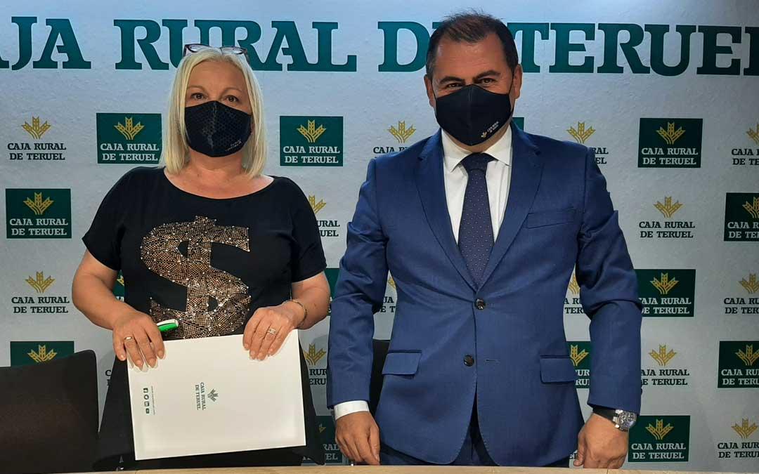 Elena Utrilla del Banco de Alimentos de Teruel y David Gutiérrez director general de Caja Rural de Teruel. Foto. A.G.