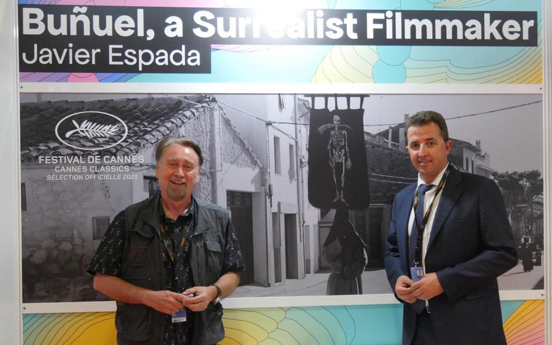 Javier Espada, junto al alcalde de Calanda, Alberto Herrero, en el Festival de Cannes. / L.C.