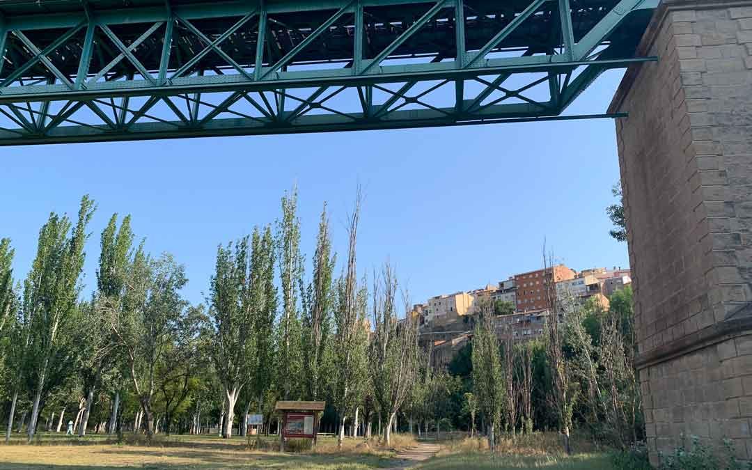 El parque Entrepuentes es parte del antiguo cauce del río Guadalope / P.S.