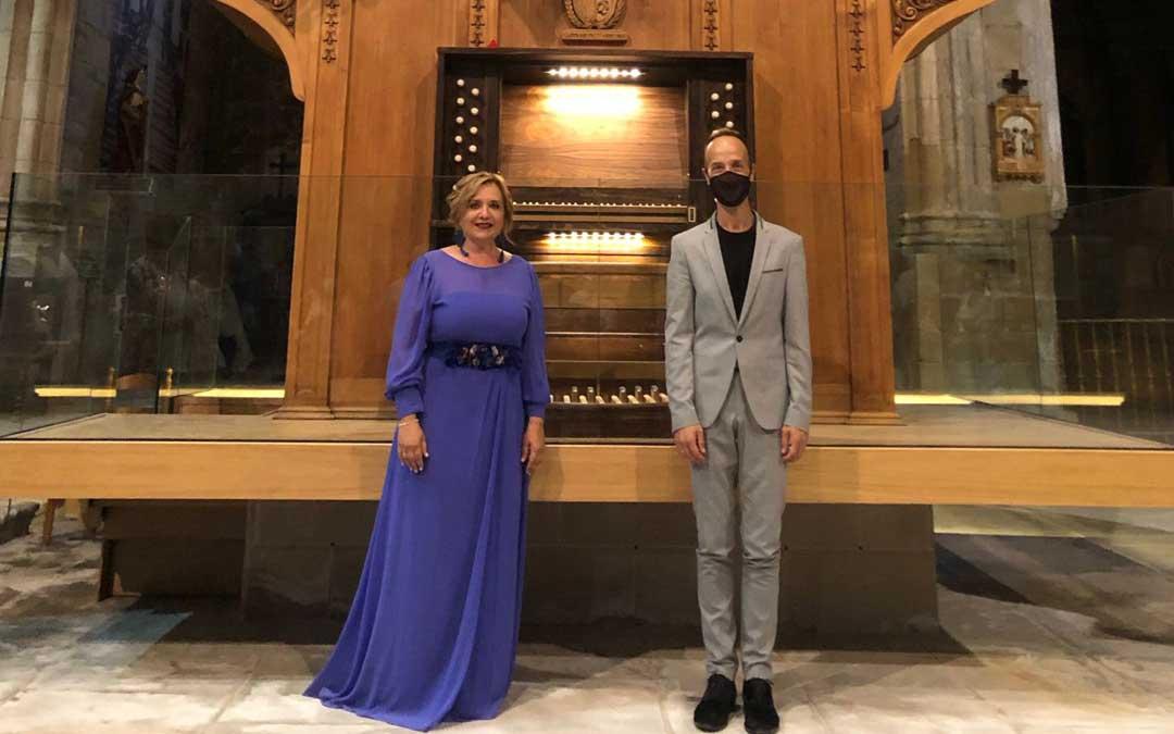 Los dos intérpretes junto al órgano de la colegiata caspolina. Foto: S.C.