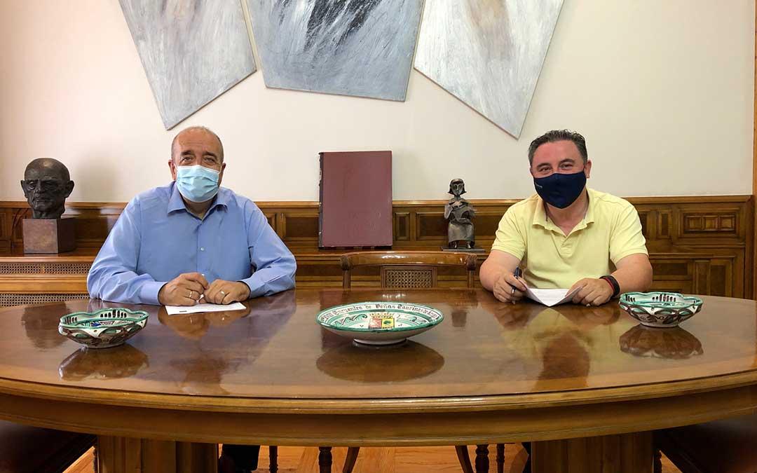 Manuel Rando, presidente de la DPT, a la izquierda; y a su lado Juan Ciércoles, presidente de CEOE Teruel./ L.C.