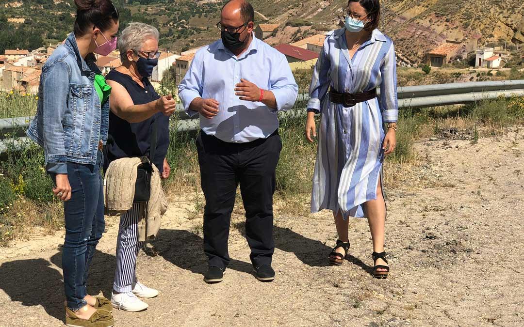 El vicepresidente de la DPT, Alberto Izquierdo, la diputada autonómica Esther Peirat, y la presidenta de la Comarca de Andorra, Marta Sancho, conocen las demandas sobre la carretera de Crivillén de mano de su alcaldesa, Josefa Lecina. / DPT