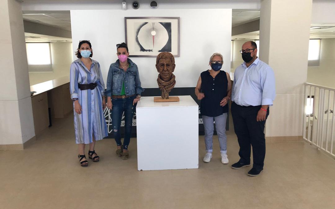 Visita al Museo Pablo Serrano en el que se ha colocado un busto homenaje a Joaquín Carbonell obra de Luis Pascual. / DPT