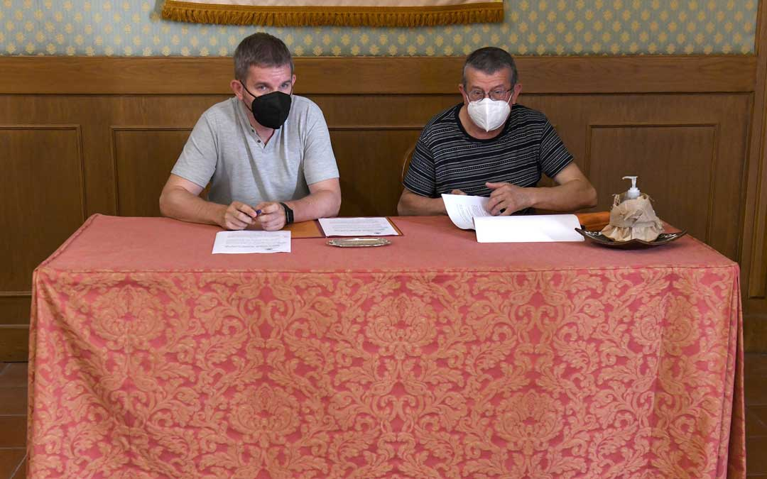El documento lo suscribieron este martes en la Casa Consistorial el alcalde de Alcañiz, Ignacio Urquizu; y el presidente de la Asamblea Comarcal de Cruz Roja bajoaragonesa, José Enrique Pérez / Ayto. Alcañiz