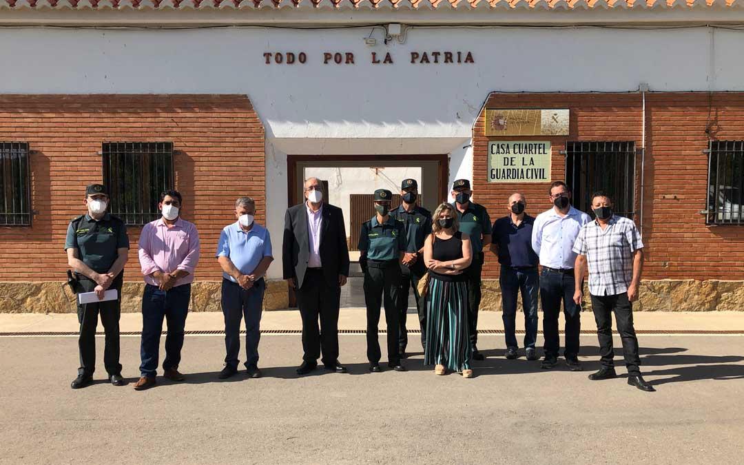Visita del presidente de la DPT, Manuel Rando, y la jefa de la Comandancia de la Guardia Civil de Teruel, Silvia Gil, al cuartel de La Puebla de Valverde para ver una de las obras realizadas con la ayuda concedida en 2020 / DPT