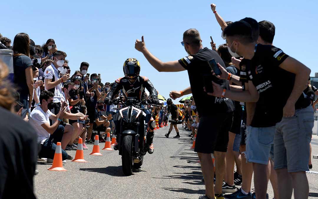 Los participantes en Motostudent recibiendo a Pedrosa en Motorland./ Ayto. Alcañiz