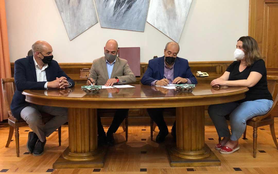 El presidente de la Diputación de Teruel, Manuel Rando, ha firmado un convenio con el presidente de la Cámara de Comercio e Industria de Teruel, Antonio Santa Isabel, para fomentar el desarrollo de actividades que revitalicen socioeconómicamente el territorio / DPT