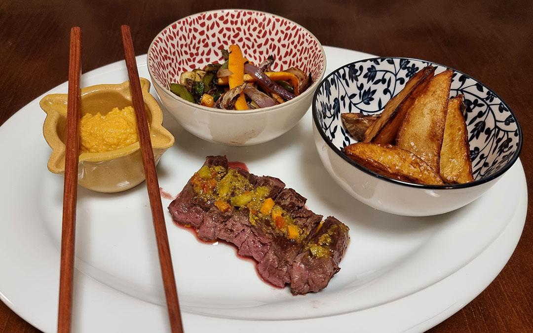 Entraña y wok de verduras con salsa romescu