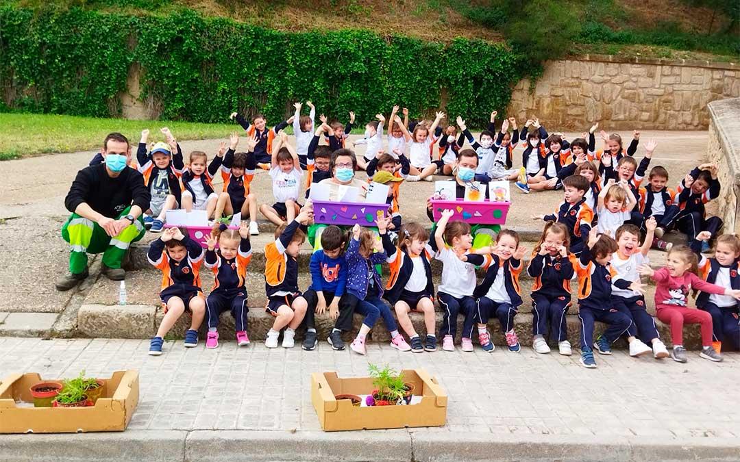 Alumnos de Infantil del colegio San Valero de Alcañiz y usuarios de Atadi reunidos./ Colegio San Valero