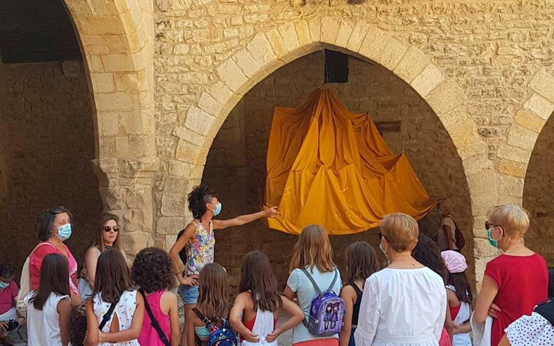 Expectación ante una de las intervenciones artísticas, ubicada en los arcos de la plaza principal de Cantavieja./ L.C.