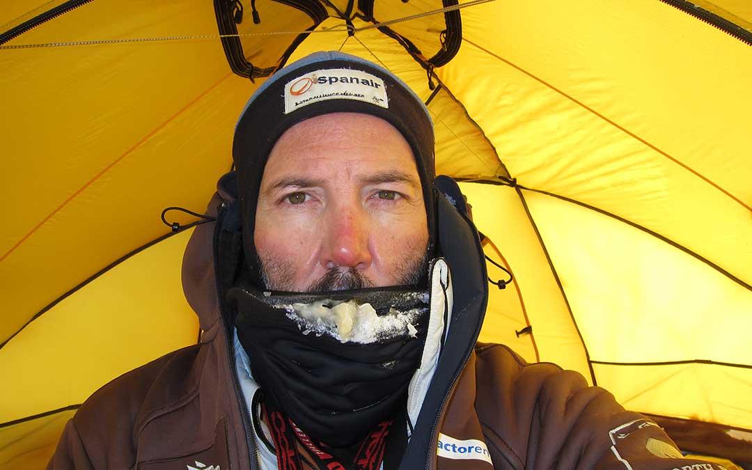 Una tormenta de viento huracanado en la Antártida dejó a Bosch varios días sin poder avanzar ni salir de la tienda. A.B.