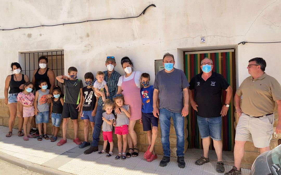 Las dos familias que visitaron Alacón junto a responsables de Apadrina un Olivo y del Ayuntamiento. / A. Alfonso