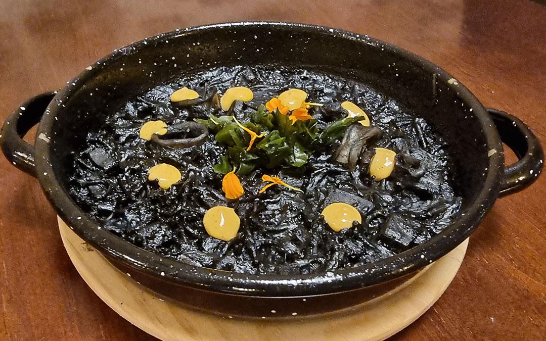 Fideuá negra al kimchie y wakame