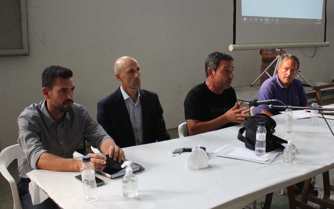 Las direcciones de Frutos Secos Alcañiz y Unió Nuts explicando la integración el martes en la asamblea de socios / L. Castel