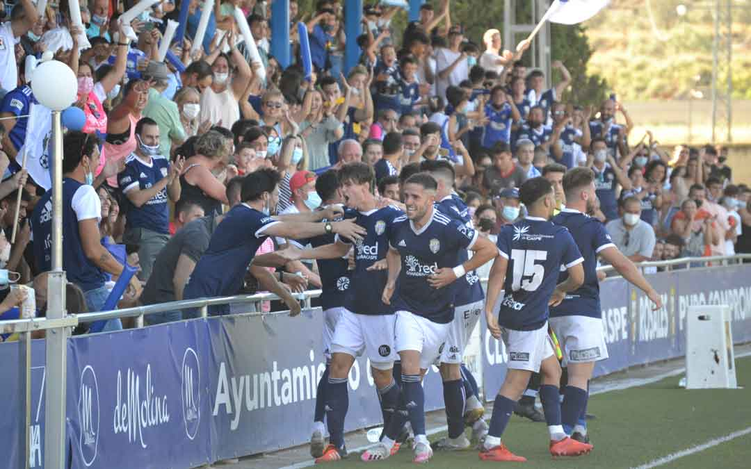 Varios jugadores del Caspe festejando el gol con los aficionados locales. Foto. J.V.