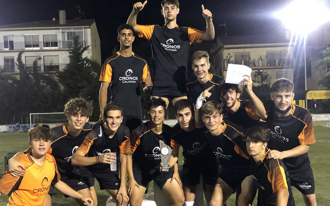 Los componenes del Cronos Calanda con el trofeo conquistado. Foto. A.G.