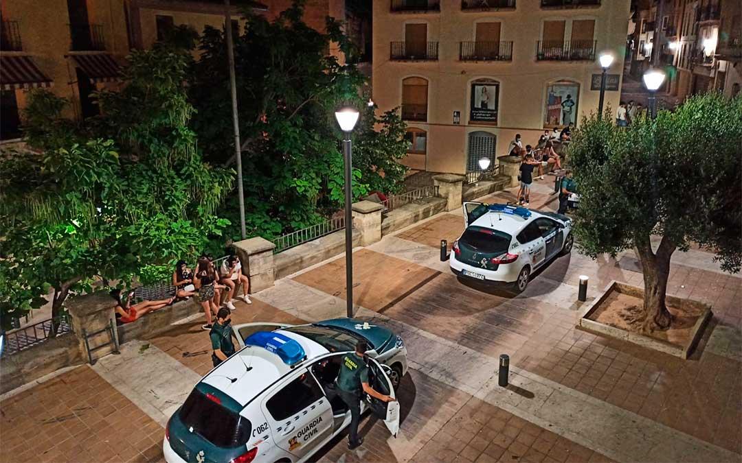 Cuatro patrullas de la Guardia Civil intervinieron en la plaza Mendizábal el sábado pasado por la noche./ L.C.