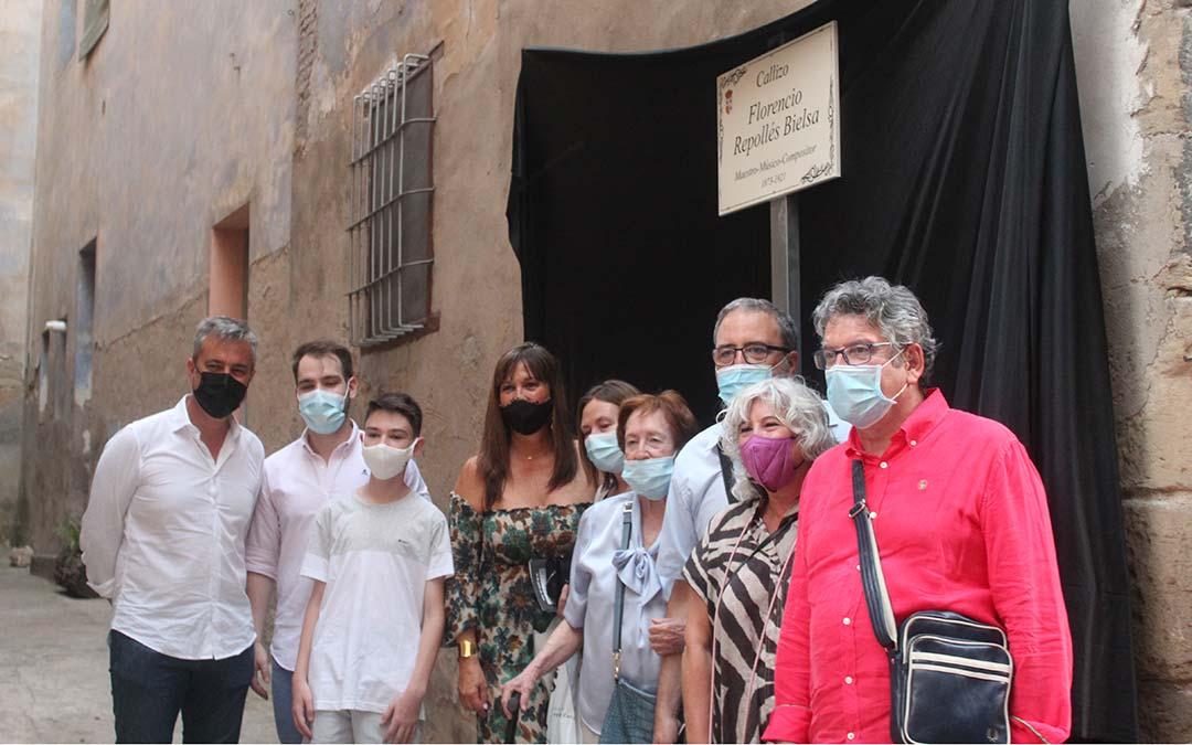 Integrantes de la familia Repollés Bielsa frente al callizo con la placa conmemorativa./ Eduard Peralta