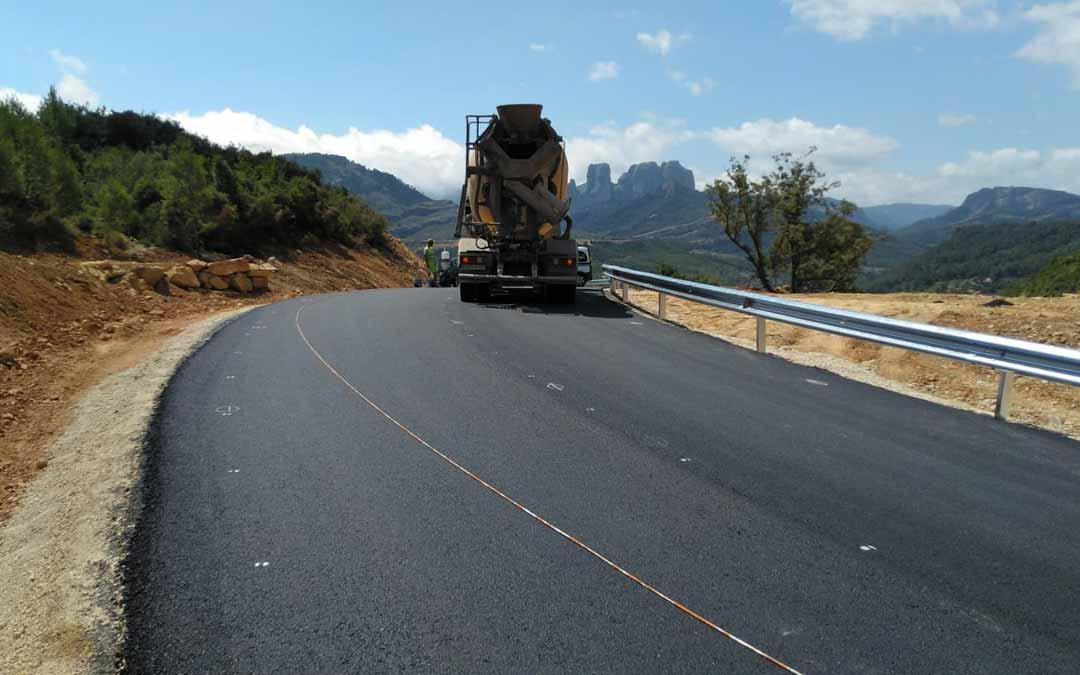 Las máquinas ultiman el tramo carretero que se pondrá en marcha, de forma provisional, mañana por la tarde.