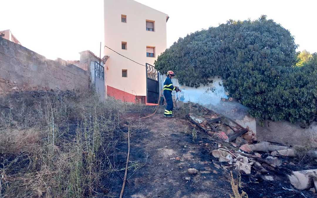 Uno de los agentes trabajando en las labores de refresco en la zona afectada por el incendio declarado en Albalate./ Bomberos DPTUno de los agentes trabajando en las labores de refresco en la zona afectada por el incendio declarado en Albalate./ Bomberos DPT