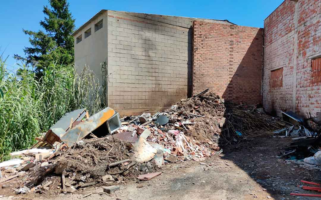 Escombros que ardieron durante el incendio de este jueves en Alcañiz./ Alberto Gracia