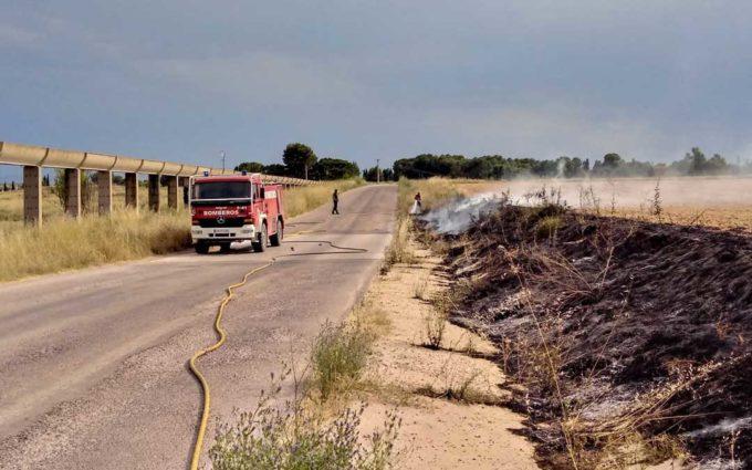 Los Bomberos sofocan un incendio en un terreno agrícola cerca de La Estanca de Alcañiz