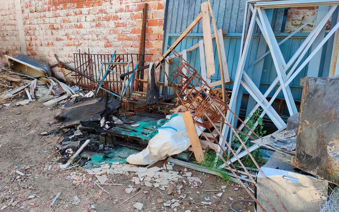 Escombros acumulados en el camino alcañizano donde se produjo el fuego./ Alberto Gracia
