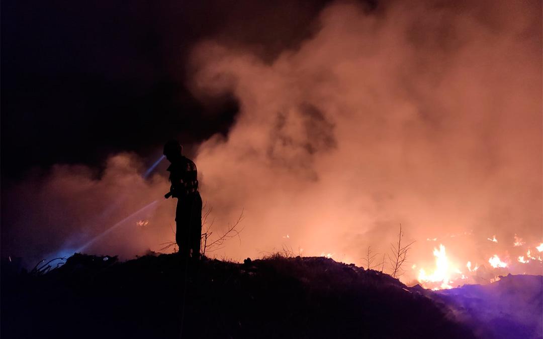 Incendio en una escombrera ubicada en el polígono Cuevas de San José de Calanda./ Bomberos DPT