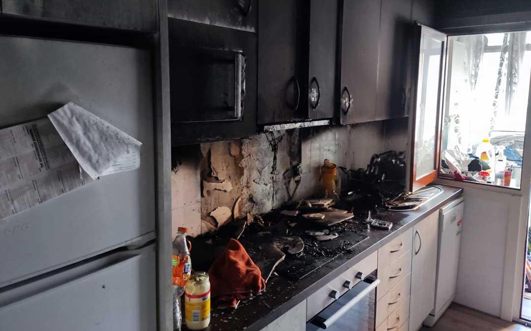 Estado en el que ha quedado la cocina quemada de la calle Torrevelilla / La Comarca