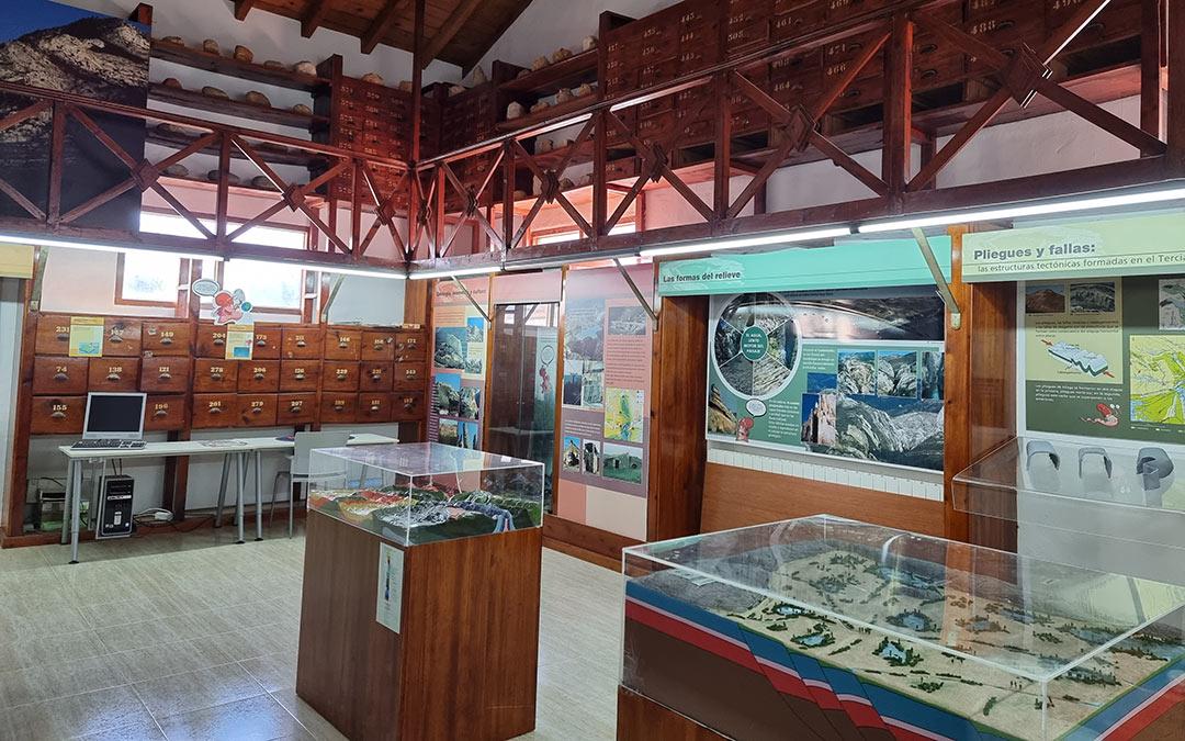 interior del centro de interpretación parque geologico en aliaga plan c