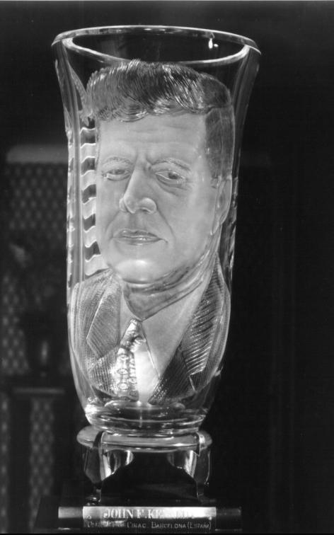 Pons Cirac esculpió un jarrón para el primer ministro americano Kennedy con su rostro / Centro de Estudios Maellanos