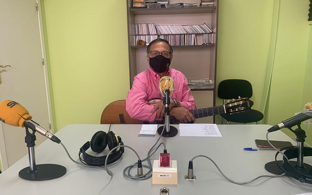 El cantante Joan Artigas en el estudio de Radio Caspe / E.P.