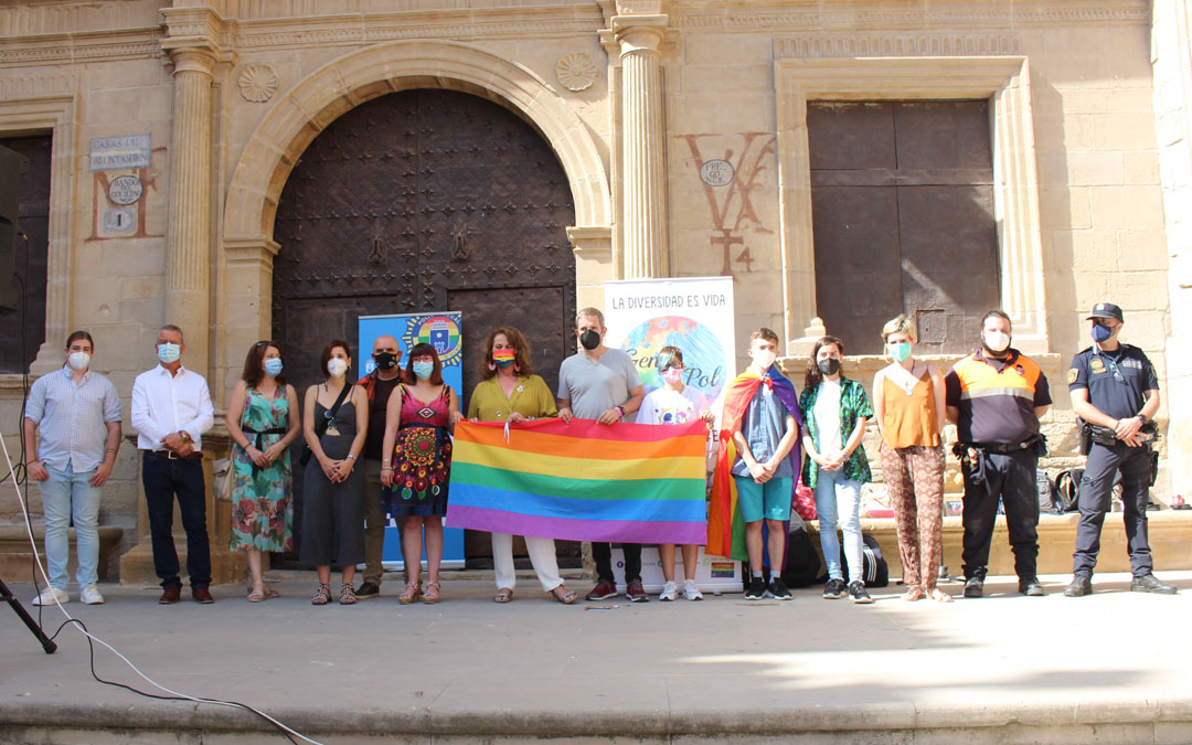 Foto de familia después de la lectura del manifiesto de la jornada de sensibilización, visibilización y reivindicación del colectivo LGTBIQ+ / L. Castel