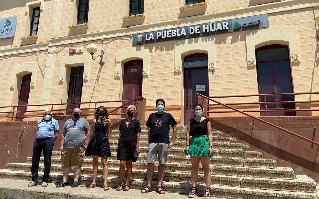 Invitados al programa de Radio La Comarca emitido a escasos metros de su estación de tren./ L.C.