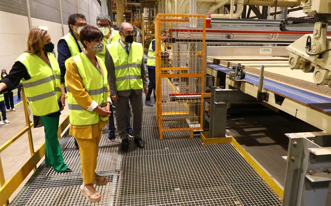 Lambán y la ministra han visitado Finsa, una empresa del sector de la transformación maderera ubicada en la localidad de Cella / DGA