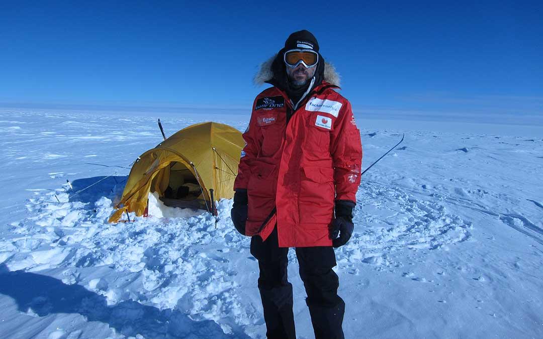 Bosch junto a la tienda de campaña que le acompañó durante la travesía de la Antártida. A.B.