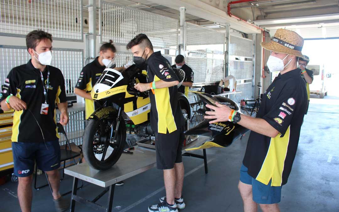 Miembros del equipo TecnoCampus de Mataró ensamblando la moto / L. Castel