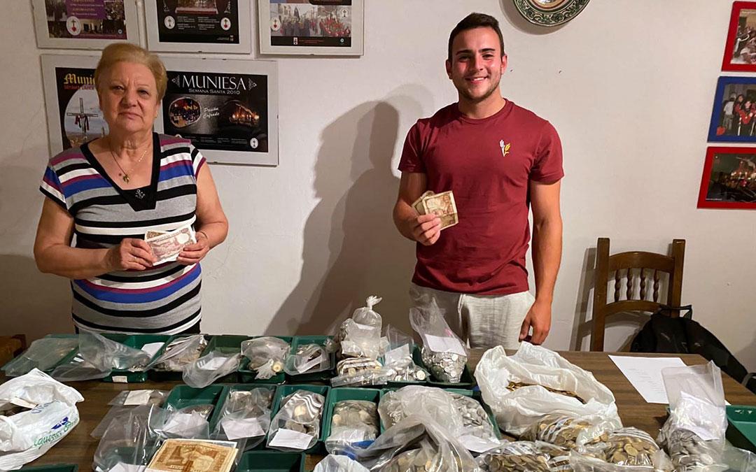 Maria Jesús Cester y Raúl Blasco, dos de los voluntarios que han participado con la campaña que permitirá hacer visitable la torre./ R.B.