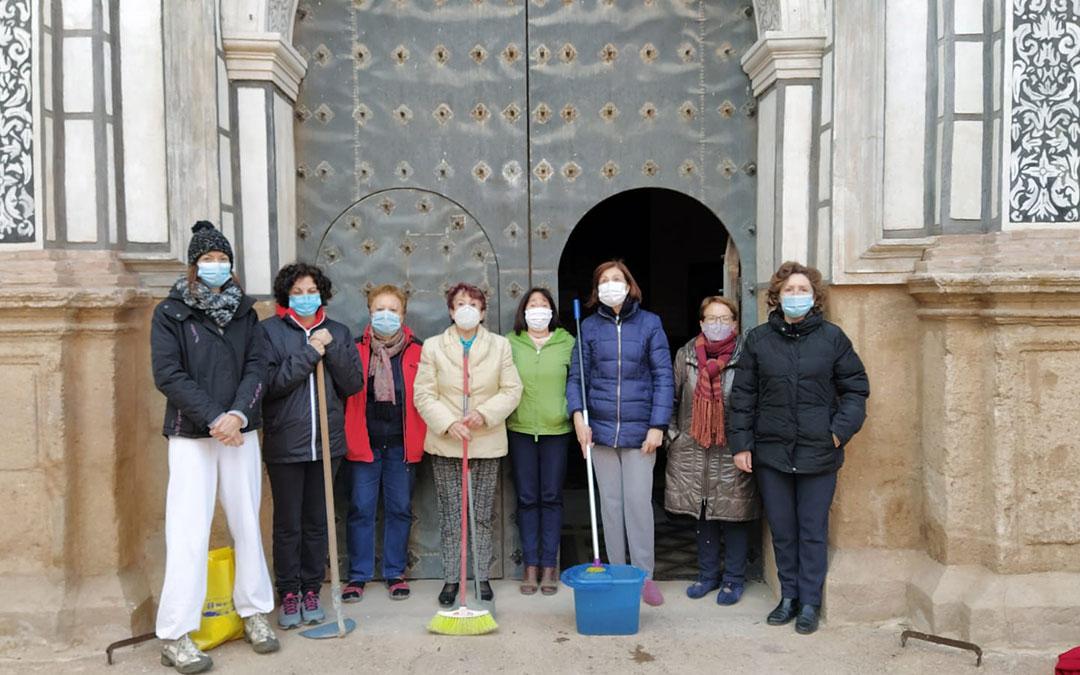 Vecinas de Muniesa a las puertas de su Iglesia durante una de las jornadas de limpieza./