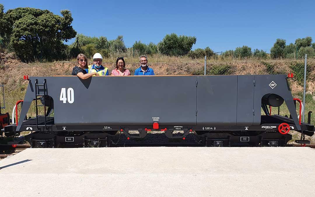 Viaje inaugural del nuevo vagón, en el que han participado voluntarios de la Asociación Pozo San Juan y la propia presidenta de la Comarca de Andorra-Sierra de Arcos, Marta Sancho./ Comarca Andorra-Sierra de Arcos